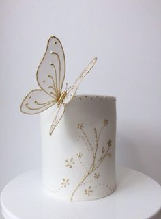 Wafer paper Butterfly - Cake by BeautifySugar Gorgeous Cakes, Pretty Cakes, Cute Cakes, Wafer Paper Flowers, Wafer Paper Cake, Cake Decorating Techniques, Cake Decorating Tips, Fancy Cakes, Mini Cakes