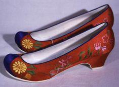Korean wedding shoes Ladies Wedding Hats, Korean Wedding, Hair Ornaments, Korean Women, Black Silk, Headdress, Wedding Shoes, Kitten Heels, Pairs