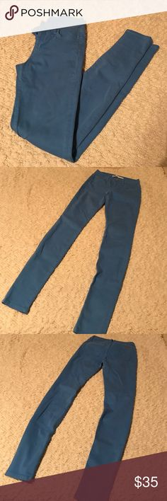 """Joe's Jeans 27 The Skinny for Joe's Jeans in good pre-owned condition!!! Minimal fading! Color is a medium blue a couple shades darker than sky blue best depicted in 1st photo. Left back pocket has some stitching coming loose. Does not effect the integrity of the jeans at all. No stains or tears. 33"""" inseam. 93% cotton 6% polyester 1% Lycra. Price reflects condition. Please do not lowball. Joe's Jeans Jeans Skinny"""