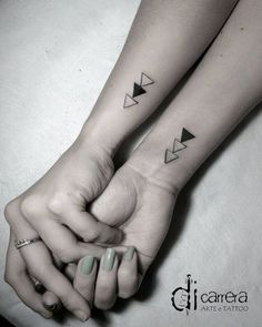 The tattoo ideas to make your sister are endless and can symbolize love and complicity that exists between you. Siblings Tattoo For 3, Sibling Tattoos, Family Tattoos, Sister Tattoos, Couple Tattoos, Little Tattoos, Mini Tattoos, Body Art Tattoos, Small Tattoos