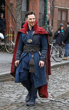 First look: Benedict Cumberbatch and Chiwetel Ejiofor shoot scenes for Dr Strange in New York City Marvel Characters, Marvel Heroes, Marvel Movies, Marvel Avengers, Marvel Doctor Strange, Dr Strange Costume, Sherlock Holmes, Dr Stange, Doctor Stranger Movie