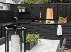 Over kjøkkenbenken ønsket jeg et praktisk hyllesystem. Organize er norsk design, og passet perfekt til urtepotter, oppheng, og variert oppbevaring. | Therese Knutsen | TV GARDEN DESIGN AT TV2