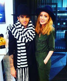 Adam Lambert visita a loja do estilista Joshua Kane em Londres