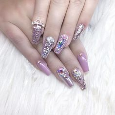 When your nails so lit you gotta crown a b*tch ✨ @nails_by_annabel_m #nailinspo #nailgoals #bbloggers