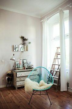chaise de couleur bleu-ciel, chaise en fer, idée aménagement de couleur bleu roi, couleur turquoise
