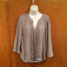 Comfortable Blouse Beautiful blouse in like new condition. Elastic on the bottom. Very flattering to a curvy figure. Looks great with black slacks. Dress Barn Tops Blouses