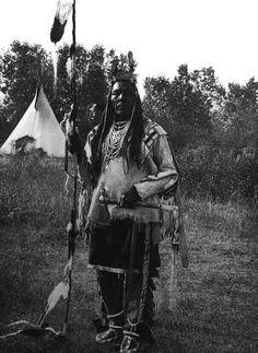 Bird on the Ground - Apsaroke. Bird on the Ground - Apsaroke. Native American Pictures, Native American Beauty, Indian Pictures, Native American Tribes, Native American History, American Symbols, Indiana, Native Indian, Indian Tribes