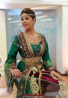 The combination of colors of this caftan is just (WOW)! Moroccan Bride, Moroccan Caftan, Moroccan Style, Style Marocain, Modest Fashion, Fashion Outfits, Leila, Arab Fashion, Caftan Dress