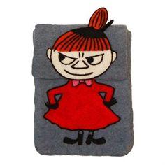 Det sjarmerende Lilla My iPad-futteralet er designet av Paula Lönnqvist for Klippan Yllefabrik. Futteralet er laget i tovet ull og har et søtt Lille My-design, kjent fra fortellingene om Mummi. iPad-futteralet er en både en kul og praktisk accessoir som passer både store og små!