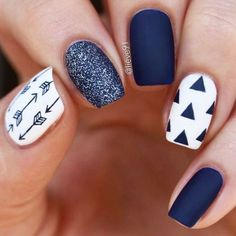 False nails have the advantage of offering a manicure worthy of the most advanced backstage and to hold longer than a simple nail polish. The problem is how to remove them without damaging your nails. New Nail Designs, Winter Nail Designs, Navy Blue Nail Designs, Blue Nails With Design, Blue Design, Feather Nail Designs, Tribal Nail Designs, Feather Nail Art, Shellac Nail Designs