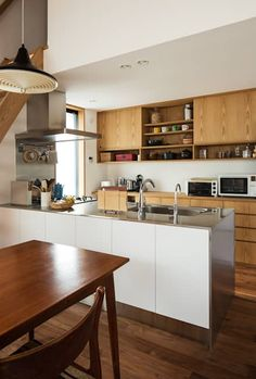 ペニンシュラタイプキッチン: 藤森大作建築設計事務所が手掛けたキッチンです。