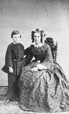 Guy de Maupassant enfant avec sa mère (sources : Larousse.fr)