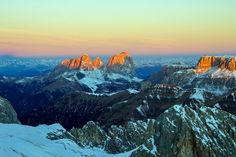 Enrosadira: la leggenda che colora le Dolomiti  A tutte le latitudini, qual è il momento più suggestivo della giornata? Più d'uno in realtà: alba e tramonto, quando il cielo si tinge colori. In Trentino, l'Enrosadira colora le Dolomiti di sfumature indimenticabili.
