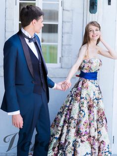jardin / Aline (ジャルダン / Aライン) インポートブランド「PATRICIA AVENDANO」のウェディングカラードレスです。胸元はビスチェタイプになっていて、ドレス全体がそうレースになっています。 色鮮やかな花柄が印象的なデザインです。ウェストにはロイヤルブルーのサッシュベルトがついておりウェストラインをより美しく魅せてくれるウェディングカラードレスです。