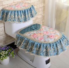 Size(W L): Tank cover: 19 Toilet lid cover: 41 Toilet seat mat: outer: 37 inner: 18 Suitable for the most toilet seats, zipper design, washable and removable. Bathroom Crafts, Bathroom Sets, Snowflake Pattern, Seat Pads, Crochet Home, Crochet Accessories, Home Crafts, Decoration, Comfy