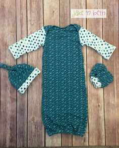 Gender neutral baby gown, knot hat, and no scratch mittens, newborn set - teal arrows and dots This cute little gown is made with soft knit fabric. It comes with a matching knot hat and no scratch mitts. It would be a great gift for a new mom. All items are made in a smoke free, pet