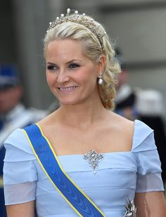 La Tiara de la Reina Maud en su versión más pequeña, fue lucida por la Princesa Mette Marit en Estocolmo en Junio 2010, en la boda de la Princesa Victoria de Suecia.