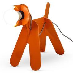 Lampe à poser composée d'une structure en médium orange non vernis en forme de chien et d'un câble d'alimentation gris équipé d'un interrupteur. Les architectes Clothilde et Julien ont souhaité...