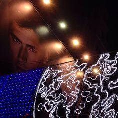 """Hoy nuestros alumnos del taller permanente de foto han tenido una clase en movimiento... Si, han tenido que hacer fotos de la iluminación navideña a bordo del """"navibús""""... Todo un reto... #degranero #cursos #de #dibujo #pintura #y #fotografia #en #madrid #clases #academia #taller #arte #art #draw #photograph #navidad2015 #navidad  www.degranero.es"""