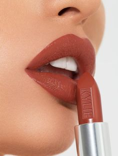 Kylie Cosmetics Lipstick in Trouble Maker. Kylie Cosmetics Lipstick in Trouble Maker. Source by The post Kylie Cosmetics Lipstick in Trouble Maker. appeared first on The Most Beautiful Shares. Benefit Cosmetics, Beauty Makeup, Eye Makeup, Skull Makeup, Makeup Brushes, Batons Matte, Lip Makeup Tutorial, Lipstick Tutorial, Lipgloss