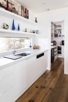 The uncompromising style of this kitchen simply shines - Completehome Ticks, Kitchen Styling, Kitchen Cabinets, Contemporary, Home Decor, Style, Swag, Decoration Home, Room Decor
