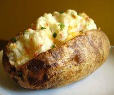 Un fel de mancare versatil cu care e aproape imposibil sa dai gres! Copiii iubesc cartoful, iar combinat cu proteine (carnita sau branzica si ou) devine o masa copioasa si hranitoare. Ingrediente: 2 cartofi mari (daca se poate rosii, sunt mai putin sfaramiciosi), cateva chiftelute coapte sau un amestec de telemea de vaca bine desarata