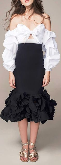 Get inspired and discover Johanna Ortiz trunkshow! Shop the latest Johanna Ortiz collection at Moda Operandi. Skirt Fashion, Fashion Dresses, Mode Blog, Black White Fashion, Classy Outfits, Dress To Impress, Spring Fashion, Ideias Fashion, Evening Dresses
