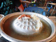 10 лучших ресторанов на Самуи. 9. Тайская кухня BBQ restaurant  на Банграке На Самуи находится несколько заведений тайской кухни со шведским столом. Платишь 150 бат и берешь, что хочешь (напитки отдельно). Особенностью является то, что многие продукты: мясо, рыбу, овощи подают сырыми. Их нужно самостоятельно готовить на жаровнях, которые устанавливают на каждом столе. Такие заведения очень популярны у местного населения. Как добраться: повернуть в сторону аэропорта возле Ban Don Inter…