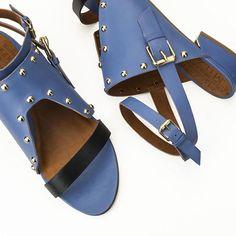 Todas prontas para um look navy nesse final de semana? O azul é perfeito para trazer um ponto de cor ao visual. #miezko #weloveflats