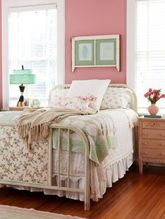 Vintage Bedroom if I had to do pink in my daughter's room. - Plan a pretty bedroom in pink or red with these inspiring ideas. Shabby Chic Bedrooms, Bedroom Red, Cottage Bedroom, Home Bedroom, Dreamy Bedrooms, Pink Bedrooms, Bedroom Vintage, Bedroom Decor, Beautiful Bedrooms
