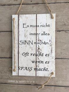 Wir sind ein kleines Familienunternehmen und fertigen Schilder mit Texten auf tapezierten Holzbrettern. Gerne auch mit Wunschtexten. Wir freuen uns auf Sie.