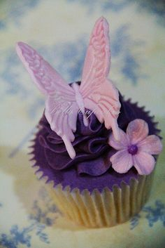 Beautiful #Embossed #Butterfly #Cupcakes! We love and had to share! Great #CakeDecorating!