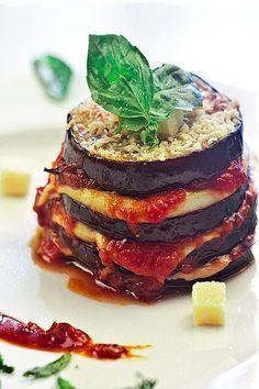 INGREDIENTES: 2 berenjenas grandes 1 cebolla morada 1/2 pimiento rojo 1 bote de salsa de tomate (Yo usé el de la marca Solis) hojas de albahaca 8 lonchas de mozzarella queso parmesano rallado aceite sal azúcar