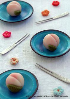 和菓子『桃と杏の練り切り Momo-to-Anzu-no-Nerikiri』 Japanese sweets of the form of the peach , flavored wih peach and apricot. *styling / photo / saucers and sw… Japanese Food Art, Japanese Cake, Japanese Snacks, Japanese Sweets, Japanese Wagashi, Japon Tokyo, Moon Cake, Asian Desserts, Confectionery