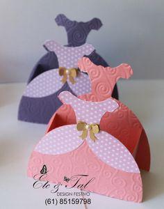 Caixa  princesas, feita em papel texturizado, papel poá, laço em papel dourado e meia pérola. Surpreenda seus convidados! contato:etetaldesignfestivo@gmail.com