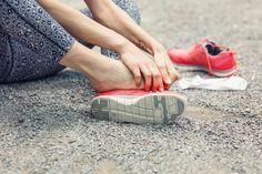 10 perechi de pantofi buni dacă ai durere de călcâi Walking Barefoot, Going Barefoot, Sandro, Foot Exercises, Ankle Joint, Foot Pain Relief, Sprained Ankle, Minimalist Shoes, Health
