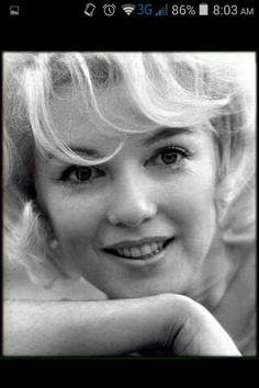 In this picture she looks like a teenager. Viejo Hollywood, Hollywood Icons, Old Hollywood, Hollywood Actresses, Norma Jean Marilyn Monroe, Marilyn Monroe Photos, Brigitte Bardot, Greta, Old Movie Stars