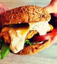 Burger ze stripsami z kurczaka i sosem czosnkowym Chicken, Ethnic Recipes, Food, Essen, Meals, Yemek, Eten, Cubs