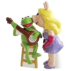 Miss Piggy and Kermit true love Salt and Pepper Shakers. Give Kermit a shimmy and Piggy a shake with these Muppets Miss Piggy Kissing Kermit Salt and Pepper Shakers! They'll make a great gift for the Muppet lover in your family! Kermit And Miss Piggy, Kermit The Frog, Disney Cake Toppers, Wedding Cake Toppers, Westland Giftware, The Muppet Show, Salt And Pepper Set, Salt Pepper Shakers, Stuffed Peppers