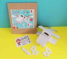 Avión de cartón color blanco para pintar y decorar, incluye planilla de estampas. Office Supplies, Cardboard Airplane, Cardboard Toys, White People, Colors