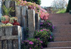 Na entrada para o pátio desta casa em Campos do Jordão, interior de São Paulo, a escada de granito rústico ganhou dormentes de madeira – em ...