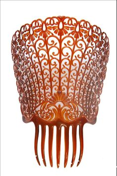 Big plastic comb, high, bended, carved that one wears at the back side of the head to support a rectangular mantilla of lace. Victorian Hairstyles, Vintage Hairstyles, Cool Hairstyles, Vintage Hair Combs, Vintage Hair Accessories, Hair Decorations, Hair Vine, Hair Jewelry, Jewellery