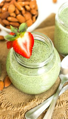 Healthy Matcha Green Tea Chia Seed Pudding (refined sugar free low fat low calorie low carb high fiber gluten free dairy free vegan raw paleo) - Healthy Dessert Recipes at Desserts with Benefits High Protein Desserts, Healthy Vegan Desserts, Healthy Snacks, Paleo, Vegan Keto, Vegetarian Recipes, Coconut Desserts, Blueberry Desserts, Healthy Eating