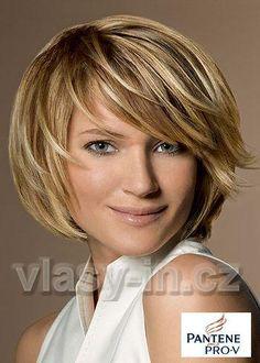 Krátký sestříhaný účes hnědé barvy s výrazným blond melírkem, s ofinou na stanu