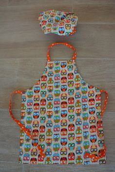 Made by Lot: Tutorial kinder keukenschort Sewing Aprons, Sewing Toys, Sewing Clothes, Sewing Crafts, Sewing Projects, Sewing Ideas, Sewing For Kids, Diy For Kids, Sewing School