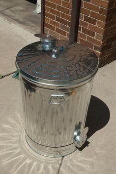 Making a Smoker Out of a Garbage Can Outdoor Oven, Outdoor Cooking, Homemade Grill, Barrel Smoker, Diy Smoker, Grill N Chill, Bar B Q, Smoke Grill, Barbecue Grill