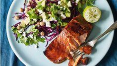 Marinér laksen i sojasauce og honning og få en saftig fisk med masser af smag. Her får du opskriften på sojamarineret laks og kikærtesalat med avocado og kål