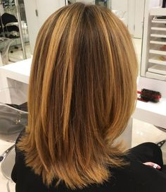 70 Brightest Medium Layered Haircuts to Light You Up Medium Caramel Blonde Hairstyle Medium Length Hair Cuts With Layers, Mid Length Hair, Medium Hair Cuts, Medium Hair Styles, Short Hair Styles, Hair Long Layers, Chin Length Bob, Layered Haircuts With Bangs, Haircuts For Medium Hair