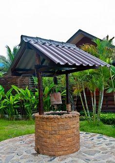 pozo con techo de lamina con piso de piedra
