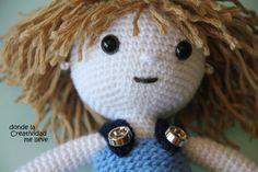 Su pelo rubio rizado, botas y de tacón, vestido y el color azul, como ella.